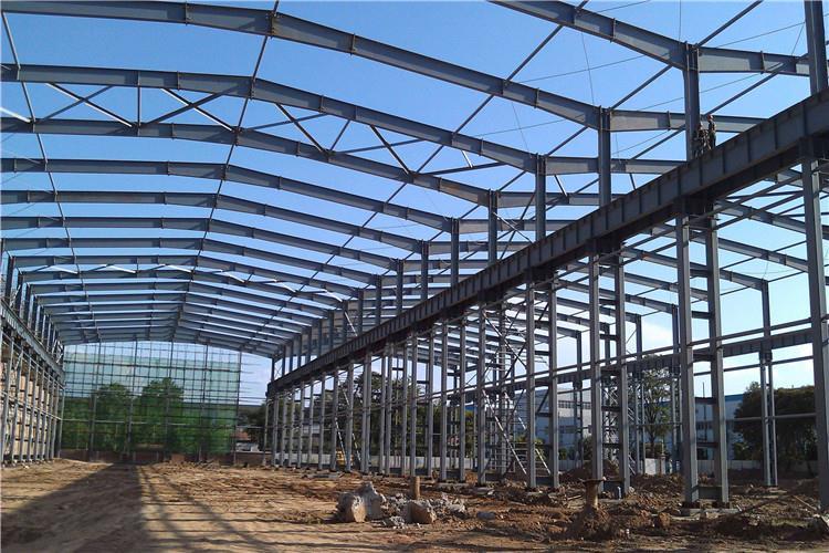 随着近年来工业行业的不断兴起,钢结构厂房已经成为了随处可见的建筑形式