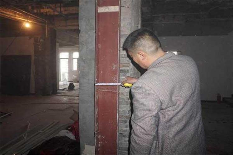 在房屋建筑上设置高耸物、搁置物或者悬挂物的,属于拆改房屋结构、明显加大房屋荷载或者在楼顶设置广告牌等高耸物的
