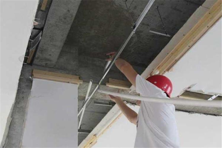 根据房屋的结构、装修和设备三个组成部分的完好和损坏程度评定房屋的完损等级